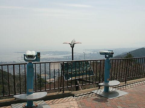 六甲山展覧台の展望台と神戸の風景
