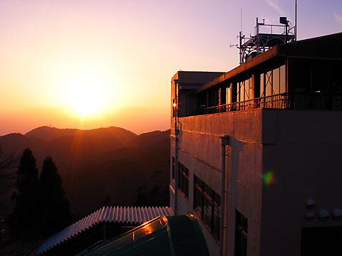 六甲山展覧台から見る摩耶山に沈む夕日