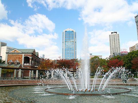 神戸市役所と東遊園地の噴水