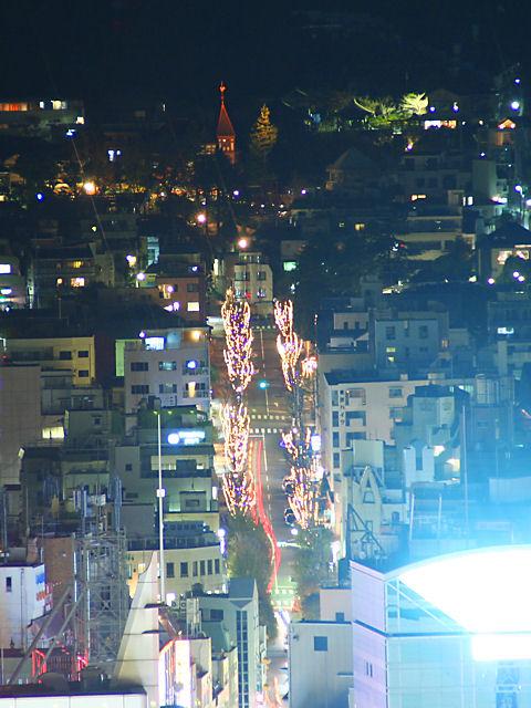 北野坂のクリスマスイルミネーションと風見鶏の館のライトアップ夜景
