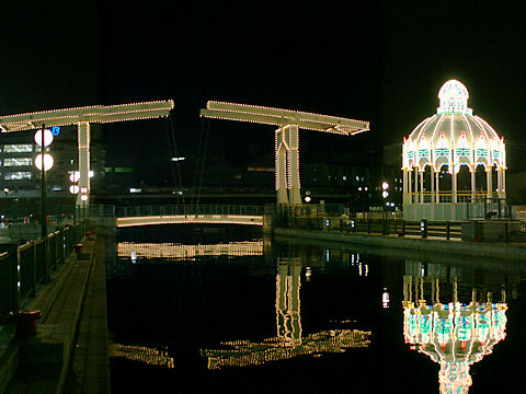 カッサアルモニカ・光の記念堂とはね橋のライトアップ夜景