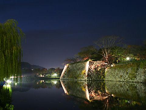 姫路城のお堀と石垣のライトアップ夜景