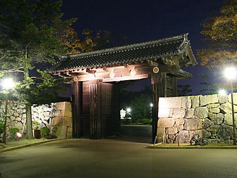 姫路城・大手門のライトアップ夜景