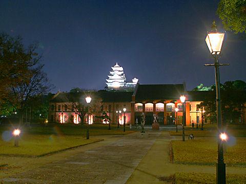 姫路市立美術館と姫路城のライトアップ夜景