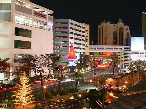 サンタクロースと神戸ハーバーランドの夜景