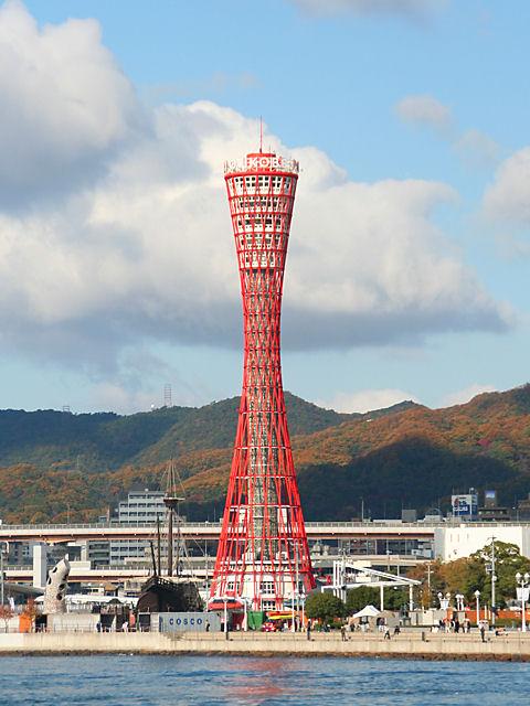 神戸ポートタワーと六甲山