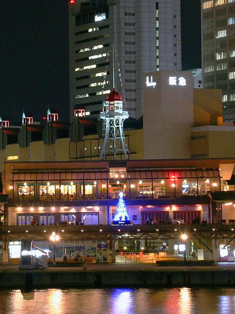 神戸ハーバーランドモザイクのクリスマスツリーと望楼(灯台)