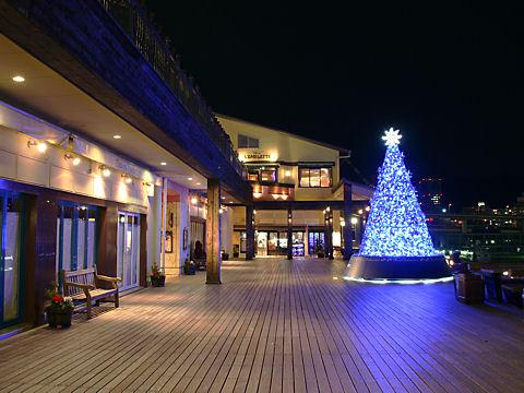 クリスマスツリーと神戸モザイク海の広場の夜景