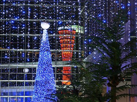 キャナルガーデンのクリスマスツリーと神戸ポートタワー