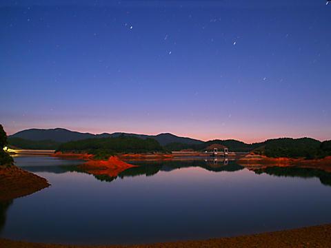 湖の月夜の夜景