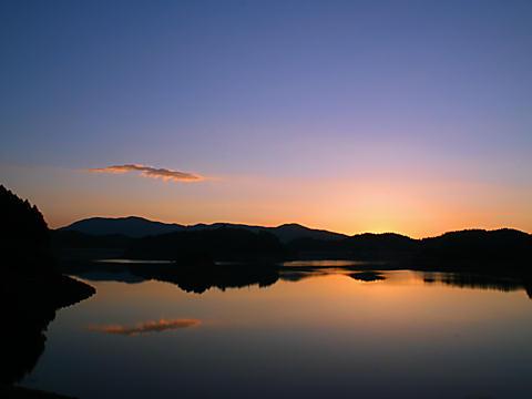 夜明け前の湖の夜景