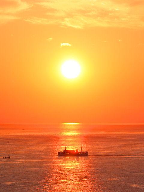 海と船と夕日の写真画像
