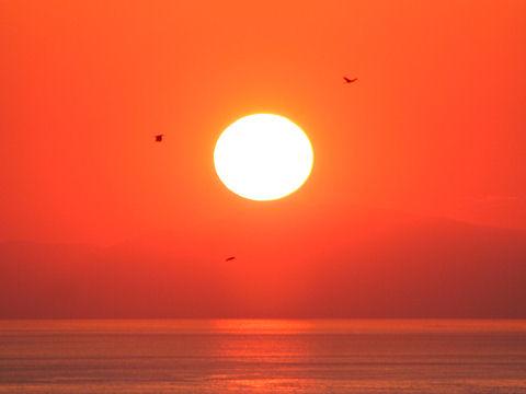 海と島と夕日の写真画像