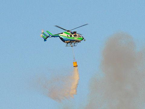 消火活動する消防ヘリ