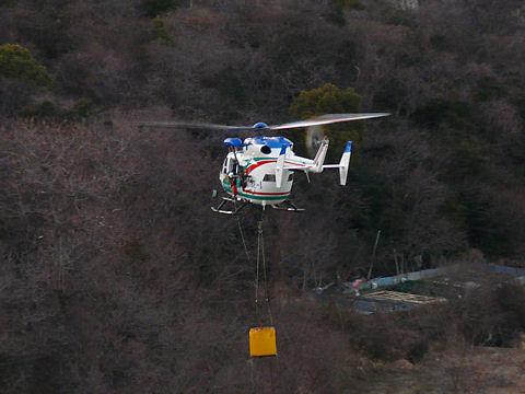 生石神社の裏にあるため池で水をくみ上げるヘリコプター