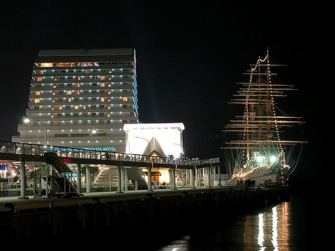 海王丸と神戸港の夜景・神戸メリケンパークオリエンタルホテル